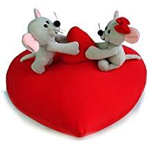Peluches ratitas sobre un corazón rojo
